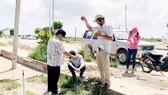 Cán bộ Phòng Tài nguyên nước thực hiện quan trắc trên đảo Lý Sơn