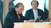 Thủ tướng dùng chữ ký số ký ban hành văn bản trên máy tính bảng. Ảnh: VGP