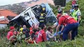Lực lượng chức năng giúp những người gặp nạn trong vụ tai nạn. Ảnh: Getty Images