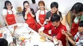 Các bạn trẻ trải nghiệm học làm bánh tại  Cooky - Cooking Class