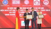 Ông Biswaroop Roy Chowdhury, Chủ tịch Tổ chức Kỷ lục châu Á trao bằng xác lập kỷ lục và Kỷ niệm chương cho Kỷ lục gia Đinh Công Tường