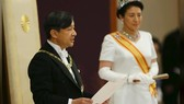 Nhật Hoàng Naruhito phát biểu trước người dân sau khi lên ngôi Ảnh: REUTERS