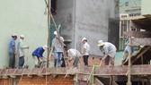 Công trình xây dựng trên cao, nhưng dàn giáo sơ sài, công nhân không được trang bị bảo hộ lao động. Ảnh: MINH THANH