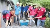 Đoàn viên thanh niên thực hiện bêtông hóa các tuyến hẻm tại huyện Bình Chánh