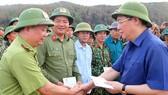 Đồng chí Vương Đình Huệ động viên các lực lượng  đang làm nhiệm vụ chữa cháy