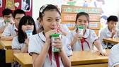 Sau 12 năm tiên phong thực hiện chương trình Sữa học đường, Vinamilk đã hỗ trợ hơn 300 tỷ đồng với hơn 175 triệu hộp sữa cho hơn 3 triệu trẻ em học sinh mầm non, tiểu học.