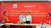 Ông Nguyễn Khắc Thanh, Phó Giám đốc Sở Khoa học và Công nghệ TPHCM (phải) trao giấy chứng nhận Doanh nghiệp Khoa học và Công nghệ cho ông Hồ Quỳnh Hưng, Chủ tịch HĐQT - Tổng Giám đốc Công ty CP Bóng đèn Điện Quang