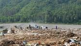 Phủ bạt bãi rác Khánh Sơn nhằm hạn chế ô nhiễm