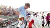 Ðông đảo du khách về Khu  du lịch biển Thạch Bằng, huyện Lộc Hà, Hà Tĩnh tắm biển, nghỉ lễ 30-4 và 1-5