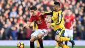 Đại chiến Arsenal (phải) và Man.United sẽ làm sôi động vòng đấu cuối tuần này.