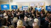Thủ tướng Theresa May gặp gỡ những người ủng hộ tại Dudley, West Midlands. (Nguồn: AFP/TTXVN