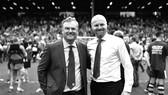 Chủ tịch Mike Garlick (trái) hy vọng Sean Dyche sẽ tiếp tục gắn bó với Burnley.