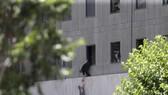 Đưa một đứa trẻ ra khỏi tòa nhà Quốc hội Iran trong vụ tấn công ngày 7-6-2017. Ảnh: AP