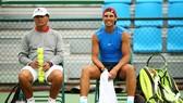 Rafael Nadal bên cạnh ông chú Toni.
