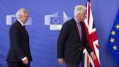 Trưởng đoàn đàm phán Brexit của EU Michel Barnier (phải) và Bộ trưởng phụ trách các vấn đề Brexit của Anh David Davis tại trụ sở EU ở Brussels (Bỉ) ngày 19-6. Ảnh: AP