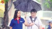 Hình ảnh các sinh viên tình nguyện Tiếp Sức Mùa Thi đội nắng, đội mưa  hỗ trợ thí sinh nhận được sự ủng hộ của toàn xã hộ