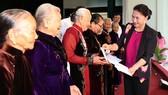 Chủ tịch Quốc hội Nguyễn Thị Kim Ngân tặng sổ tiết kiệm cho người có công tại tỉnh Quảng Nam