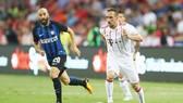 Bayern Munich (phải) trong trận thua 0-2 trước Inter Milan tại Singapore