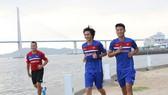 Các cầu thủ tập nhẹ làm quen thời tiết ở Hàn Quốc để tập luyện vào sáng nay. Ảnh: T.L