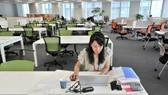 Quang cảnh vắng vẻ tại trụ sở một công ty ở Nhật Bản ngày 24-7, ngày làm việc từ xa đầu tiên được phát động ở nước này. Ảnh: JAPAN TIMES