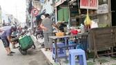 Vỉa hè đường Nguyễn Thượng Hiền (quận 3) bị chiếm dụng làm nơi buôn bán     Ảnh: VIỆT DŨNG