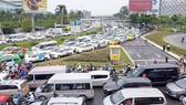 Phương tiện chen chúc nhau tại khu vực trước sân bay  Tân Sơn Nhất (quận Tân Bình, TPHCM)