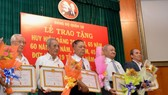 Trao tặng Huy hiệu Đảng dịp kỷ niệm 100 năm Cách mạng Tháng Mười Nga