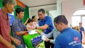 Co.opmart Quảng Ngãi tặng quà bà con xã Bình Trung và Ba Tơ      Ảnh: Thanh Tấn