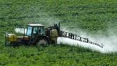 Người nông dân phun thuốc diệt cỏ tại Meteren, miền bắc nước Pháp. Ảnh: BBC