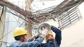 Đoàn viên thanh niên ngành điện thi công lắp mới  đèn chiếu sáng tuyến hẻm