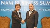 Thủ tướng Nguyễn Xuân Phúc tiếp Bộ trưởng Tái thiết kinh tế Nhật Bản Toshimitsu Motegi. Ảnh: VGP