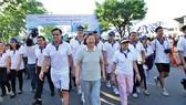 Đoàn đi bộ trong chương trình đi bộ từ thiện trên tuyến đường của khu dân cư Phú Mỹ Hưng lần 12