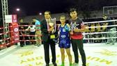Nữ võ sĩ Hữu Hiếu nhận cúp vô địch hạng cân 48kg