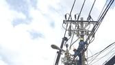 Công nhân Công ty Điện lực Sài Gòn bảo trì, nâng cấp lưới điện trên đường Cách Mạng Tháng Tám (quận 3)