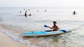 Tour du lịch đến biển đảo được du khách ưa chuộng trong dịp hè. Ảnh: MỸ HẠNH