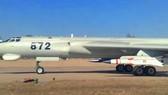 Tên lửa YJ-12 treo dưới cánh oanh tạc cơ H-6G Trung Quốc. Ảnh: CMA.