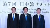 Thủ tướng Trung Quốc Lý Khắc Cường (trái), Tổng thống Hàn Quốc Moon Jae-in (phải) và Thủ tướng Nhật Bản Shinzo Abe (giữa) tại hội nghị thượng đỉnh Trung-Nhật-Hàn lần thứ 7. (Nguồn: THX/TTXVN