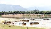 Nạn khai thác cát lòng sông Vu Gia - Thu Bồn gây sạt lở bờ sông