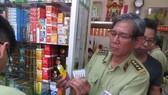 Lực lượng QLTT TPHCM kiểm tra hàng hóa tại một cửa hàng trên địa bàn quản lý
