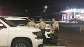 Cảnh sát bảo vệ một trong số các hiện trường nổ súng. (Ảnh: Bakersfield Californian)