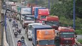 Xe container lưu thông trên đường Đồng Văn Cống                            Ảnh: THÀNH TRÍ