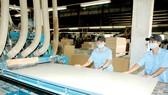 Sản xuất đồ gỗ tại một đơn vị                                                                              Ảnh: THÀNH TRÍ