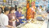 Người dân An Giang mua sắm tại siêu thị Co.op Mart Tân Châu