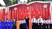 Chủ tịch Quốc hội Nguyễn Thị Kim Ngân trao Huân chương Độc lập hạng Ba cho THPT Chu Văn An. Ảnh: Đại biểu Nhân dân