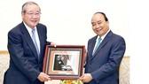 Thủ tướng Nguyễn Xuân Phúc tặng bức tranh lưu niệm cho ông Koichi Miyata, Chủ tịch Tập đoàn Tài chính Sumitomo Mitsui Financial Group    Ảnh: TTXVN