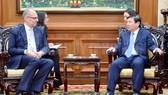 Chủ tịch UBND TPHCM Nguyễn Thành Phong tiếp Đại sứ Đan Mạch Kim Hojlund Christensen. Ảnh: hcmcpv