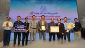 Phó Chủ tịch UBNDTPHCM Trần Vĩnh Tuyến cùng BTC trao giải nhất cuộc thi thiết kế điển hình chung cư nhà ở xã hội cao tầng cho Công ty Lập Phương. Ảnh:  VIỆT DŨNG