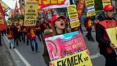 Hàng ngàn người biểu tình phản đối giá cả leo thang tại Thổ Nhĩ Kỳ. Ảnh: rte.ie