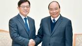Thủ tướng Nguyễn Xuân Phúc tiếp ông Shim Won Hwan, Phó Tổng Giám đốc Điều hành Tập đoàn, Tổng giám đốc Công ty Điện tử của Tập đoàn Samsung, Hàn Quốc. Ảnh: VGP