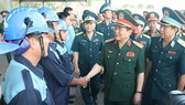 Bộ trưởng Bộ Quốc phòng Ngô Xuân Lịch thăm hỏi các phi công tại sân bay Biên Hòa. Ảnh: TTXVN